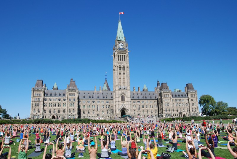 Did you know that from May through September you can do yoga on Wednesdays at noon on Parliament Hill? © Ottawa Tourism / Tourisme Ottawa