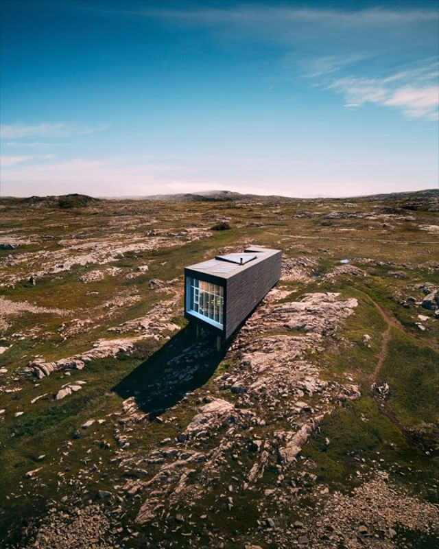 Have you ever been to Fogo Island?! ⠀⠀⠀ One of the man-made focal points of the islands is it's unreal artists studios and hotel designed by @saundersarchitecture ⠀⠀⠀ I absolutely love the contrast of stark design yet how harmoniously the structures interact with the landscape! Enjoy the video!