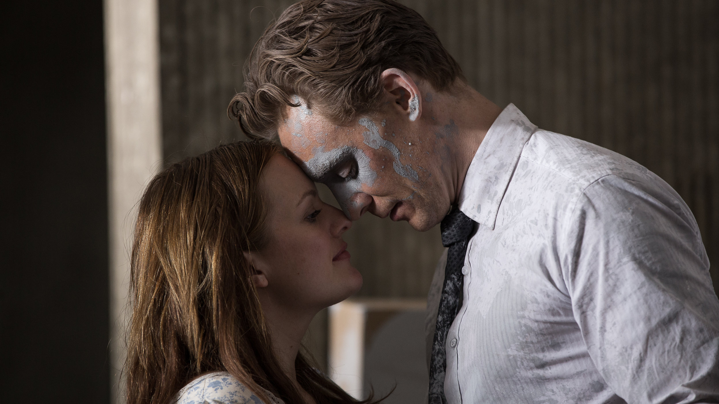 Elizabeth Moss and Tom Hiddleston in 'High-Rise'.