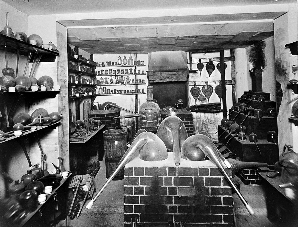 Alchemist's_Laboratory_showing_original_apparatus._Wellcome_L0001814.jpg