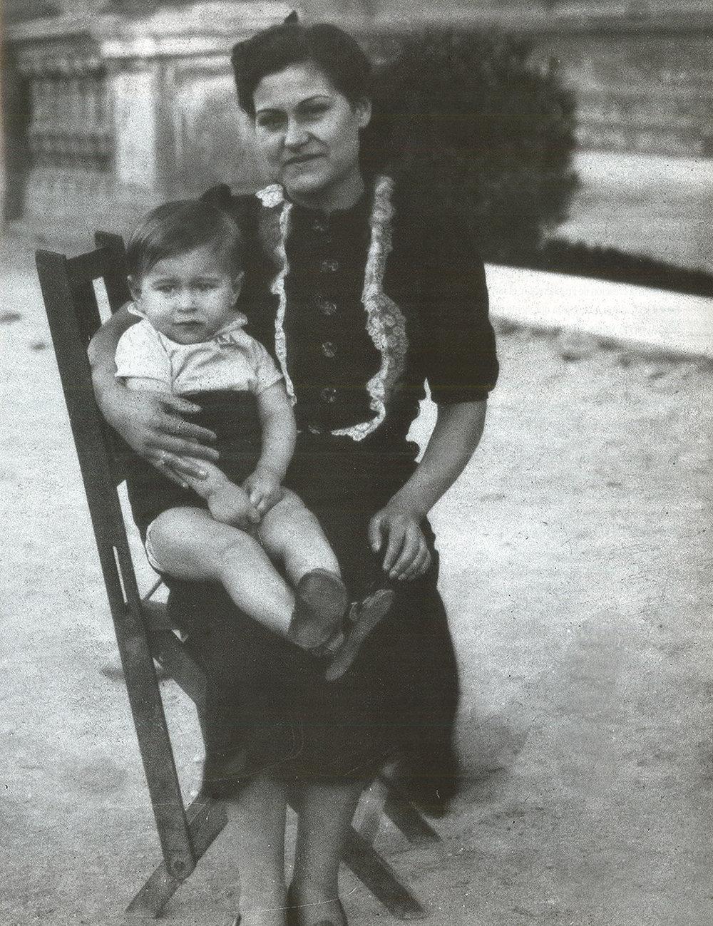 Joaquín Cortés con su madre Carmen Peteiro. Barcelona (España), 1940.