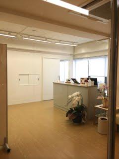 院内は白と木目を基調にしたシンプルで清潔感のある造りです。