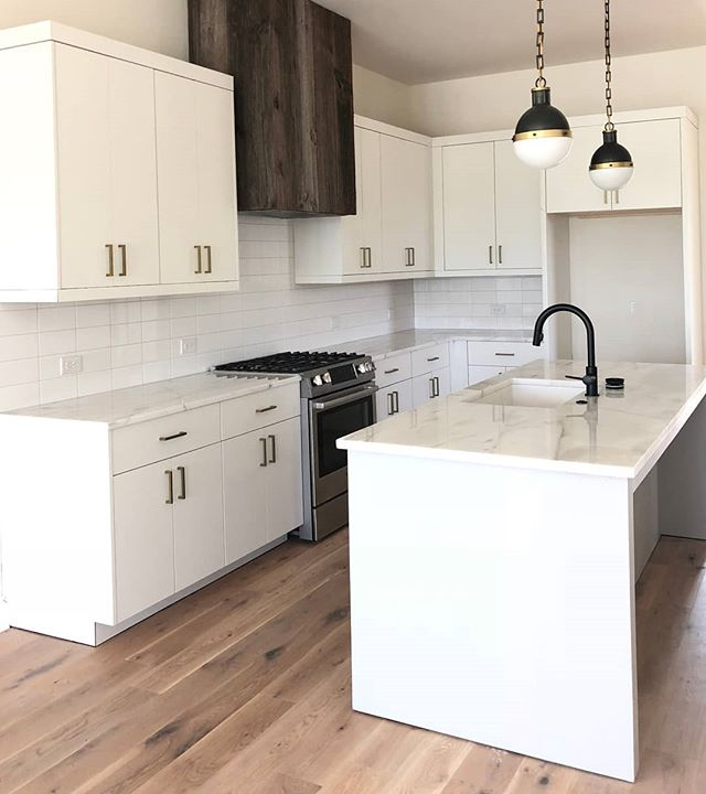 Rustic meets modern in this Dahl at @pinewoodforest. The stack bond tile backsplash brings in the modern, while the vent hood brings in just enough rustic vibe to create a gorgeous mashup of two styles!