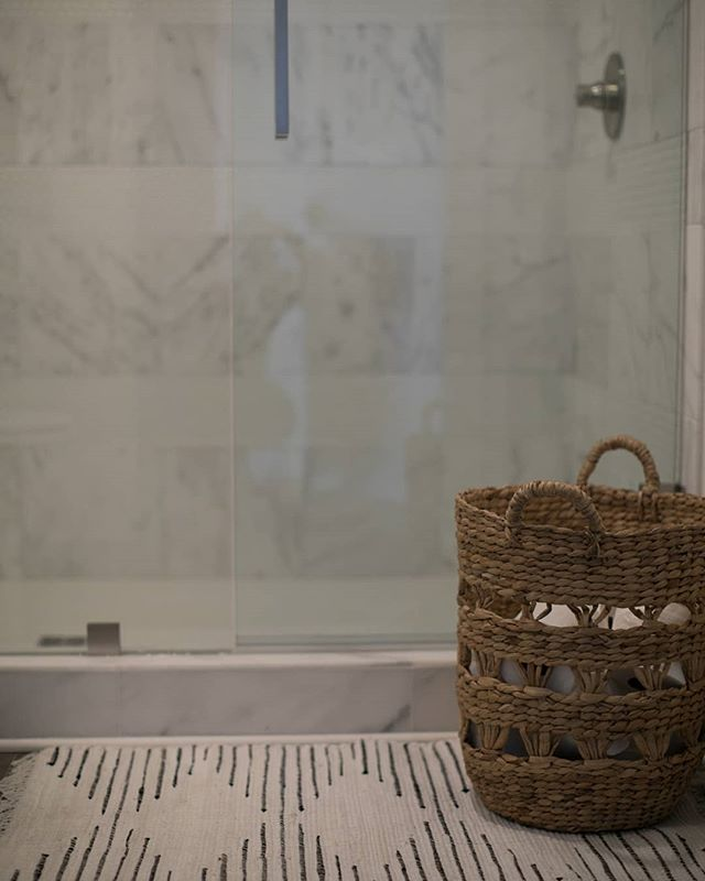 We created a pattern in this gorgeous shower by using stripes of penny tile, with alternating stripes of our favorite casa marble. End result... better than we could've imagined! Bravo, Audrey! 🙌🏼 📷: @jashleyphotography
