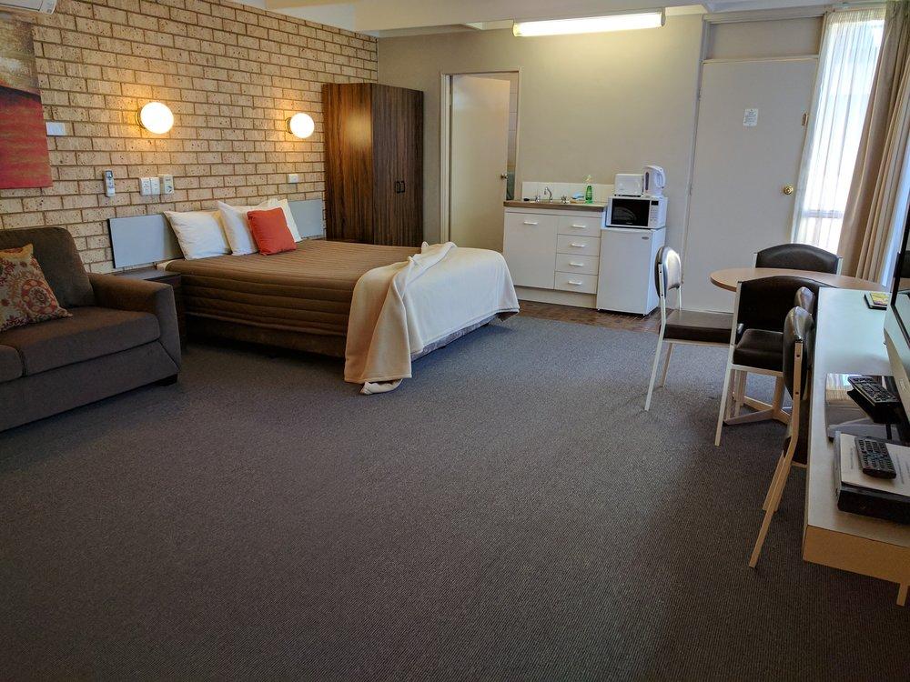 Spanish Lantern Motor Inn Parkes NSW - spacious self contained unit 02 6862 3388.jpg