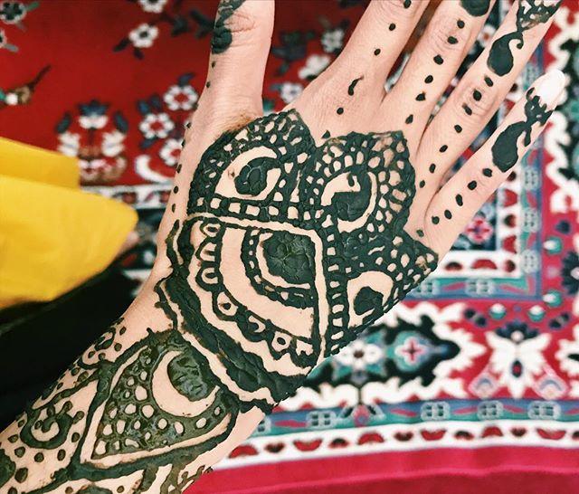 RamaDONE! Eid Mubarak to everyone celebrating 🕌 • • • • • #henna #mehndi #eid #eidmubarak #happyeid #muslim #muslimblogger #desiblogger #ramadone #millennialblogger #millennial #lifestyleblogger #styleblogger #dcblogger #dmvblogger #eidhenna #eidoutfit #eid2018
