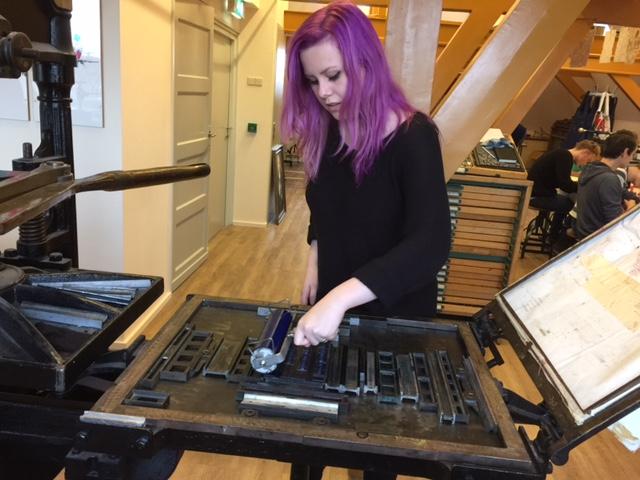 drukpers meisje paars haar.jpg
