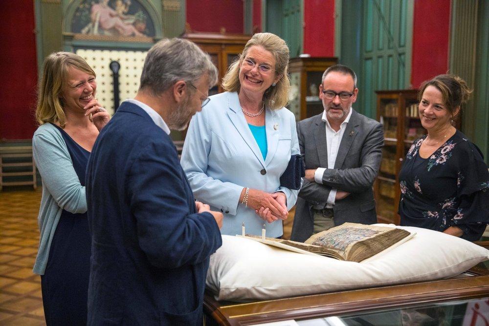 Rickey Tax vertelt over Maerlants  Rijmbijbel  uit 1332, foto Frank Jansen