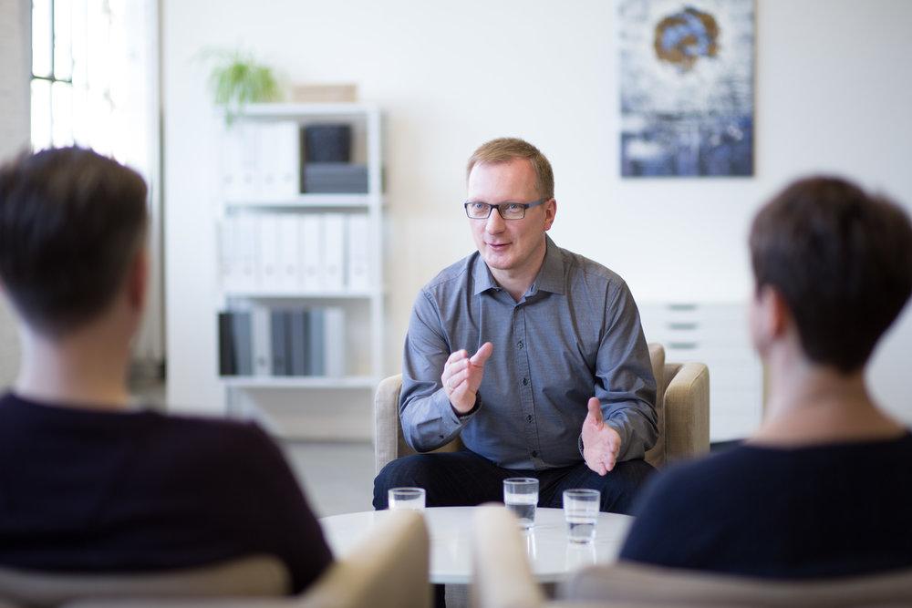 Mediator Falk Rodigast aus Leipzig vermittelt zwischen zwei Parteien
