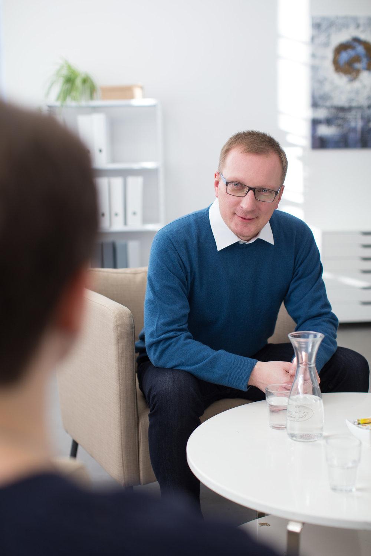 Coach Falk Rodigast spricht mit Klientin aus Leipzig
