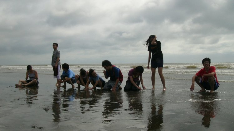Taiwanese university students on a beach facing the Taiwan Strait. Image courtesy of  Chao-Wei Juan .