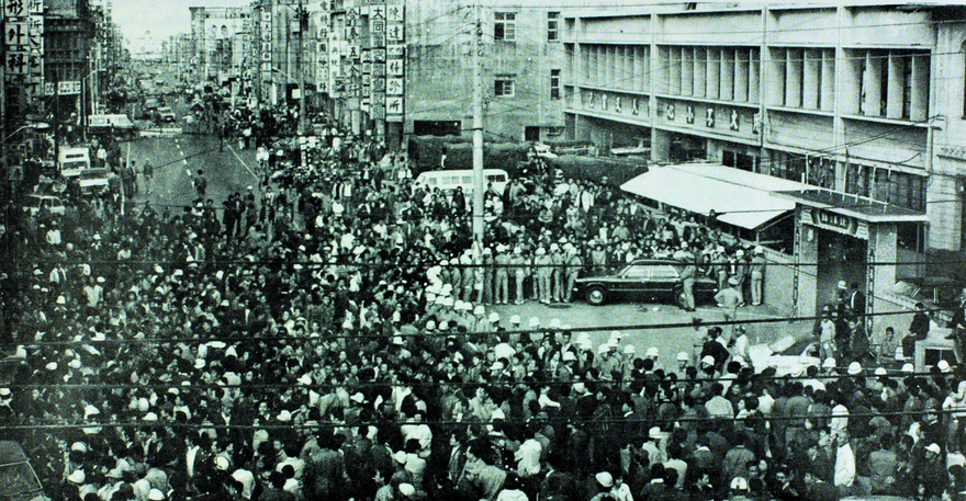After the news of vote-rigging spread in 1977, a crowd begins to encircle the Zhongli police station (photo: Chang Fu-chung 張富忠)