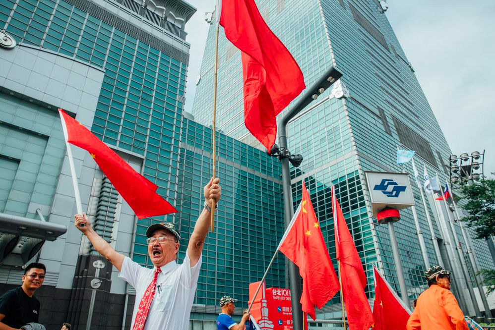Concentric Patriotism Association President Zhou Qingjun demonstrating in front of Taipei 101. Yu Chih-wei/The Reporter.