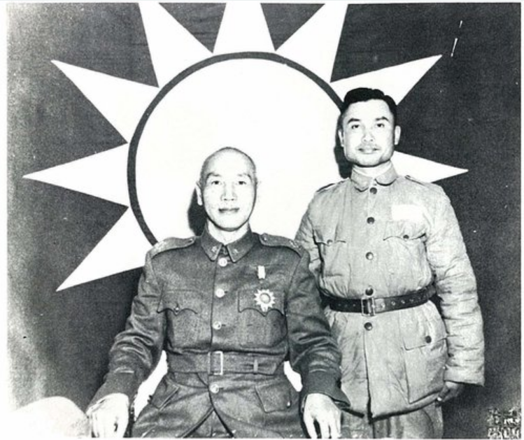 Chiang Kai-shek (centre) with one of his top spymasters, Ko Yuan-fen (right). Photo courtesy of  xuite.net .