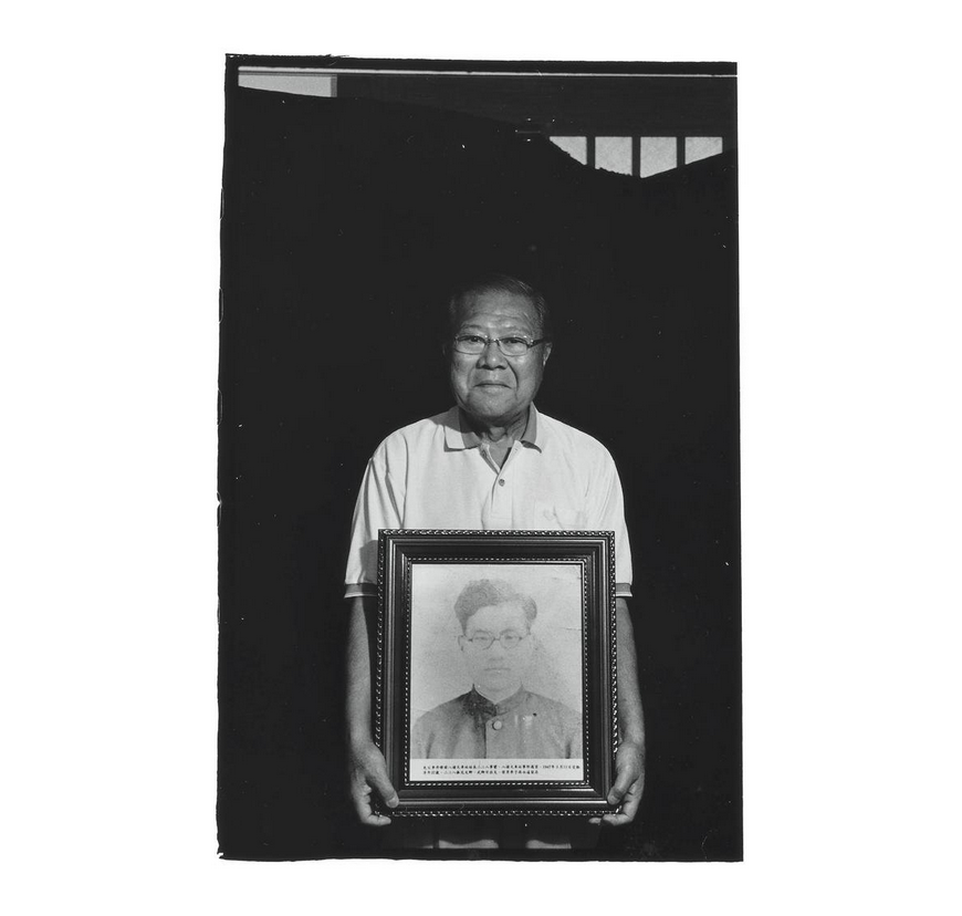Li Wen-ching with a portrait of his father Li Tan-hsiu. Photo courtesy of Pan Hsiao-hsia, from the book  Testimonies of 228  (見證228).