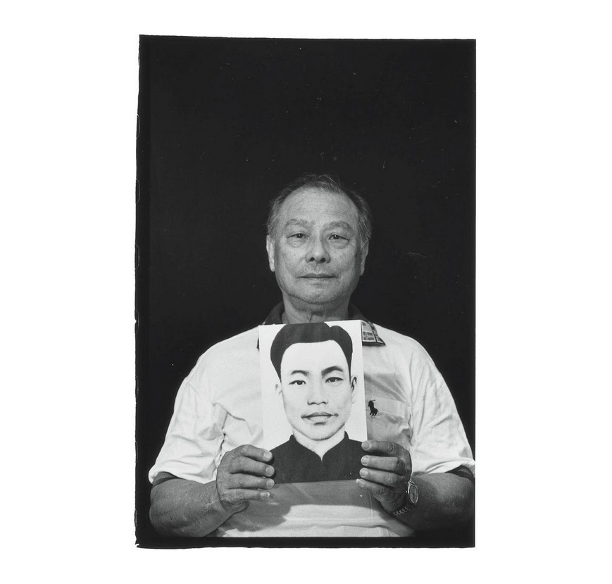 Su Feng-fu with a portrait of his father Su Shui-mu. Photo courtesy of Pan Hsiao-hsia, from the book  Testimonies of 228  (見證228).