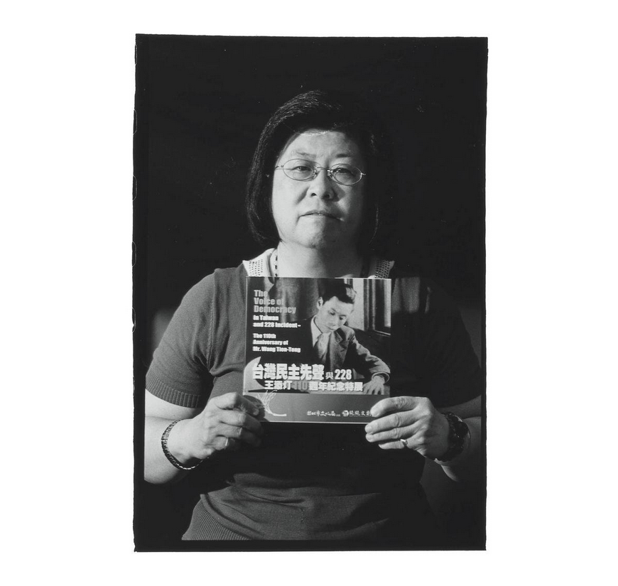 Huang Hsiu-wan with photo of Ong Thiam-teng. Photo courtesy of Pan Hsiao-hsia, from the book  Testimonies of 228  (見證228).