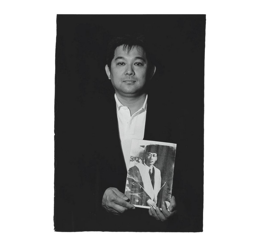 Lin Chung-chi with a photo of his grandfather Lin Mosei. Photo courtesy of Pan Hsiao-hsia, from the book  Testimonies of 228  (見證228).