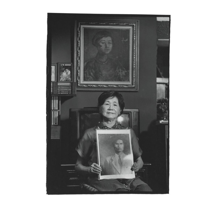 Juan mei-shu holds a photo of her father Juan Chao-jih, with a portrait of her mother Lin Su (林素) painted by Kuo Po-chuan (郭柏川) in back. Photo courtesy of Pan Hsiao-hsia, from the book  Testimonies of 228  (見證228).