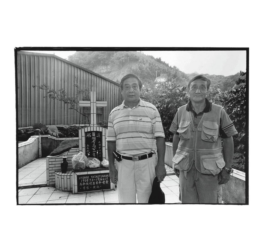 Kao Ying-chieh (left) with his younger brother Kao Ying-ming (高英明) in front of their father's grave. Photo courtesy of Pan Hsiao-hsia, from the book  Testimonies of 228  (見證228).
