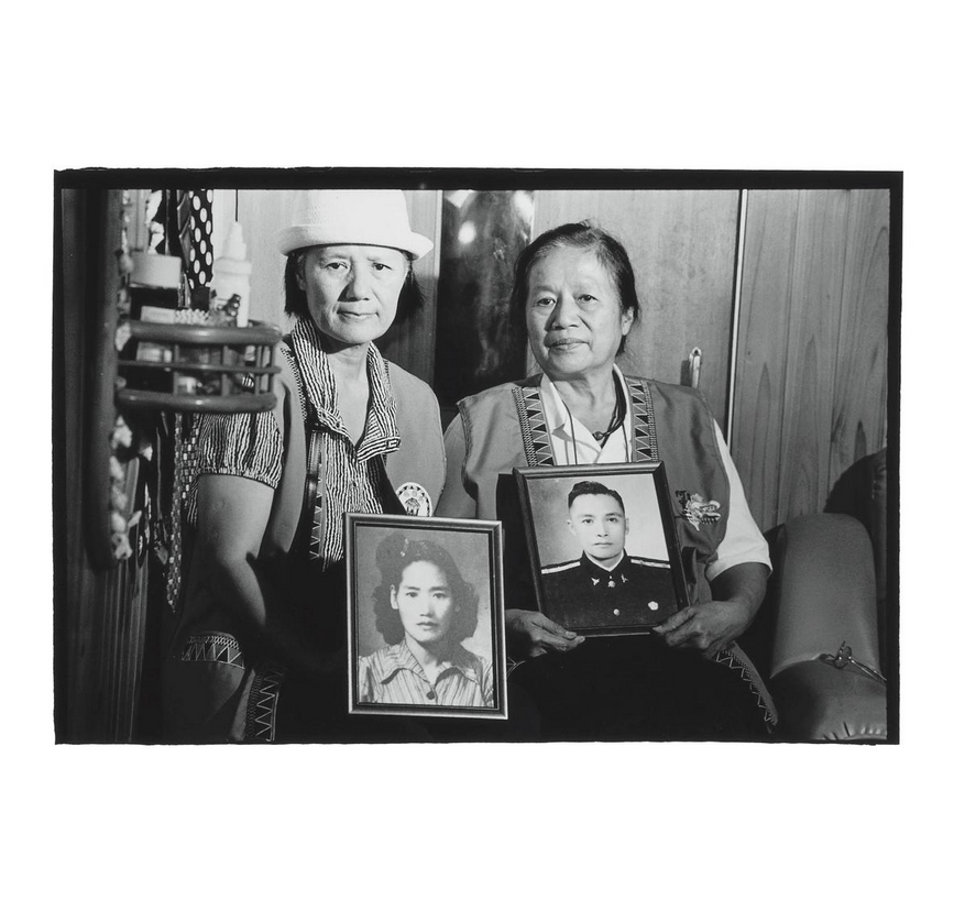 Wang Chi-mei (left) holds a photo of her mother Wang Ching-chi (汪清枝) and Wang Hui-mei holds a photo of her father Mo'e peyongsi. Photo courtesy of Pan Hsiao-hsia, from the book  Testimonies of 228  (見證228).