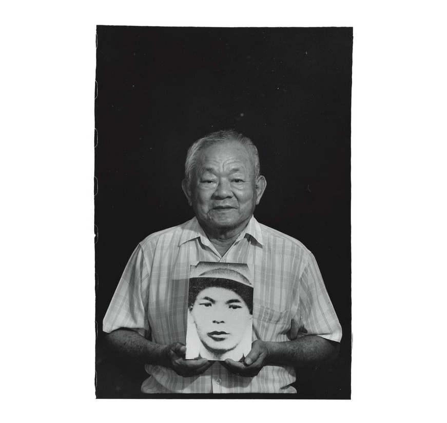 Chiu Hsien-lang with a photo of his father Khu Sui-ing. Photo courtesy of Pan Hsiao-hsia, from the book  Testimonies of 228  (見證228).