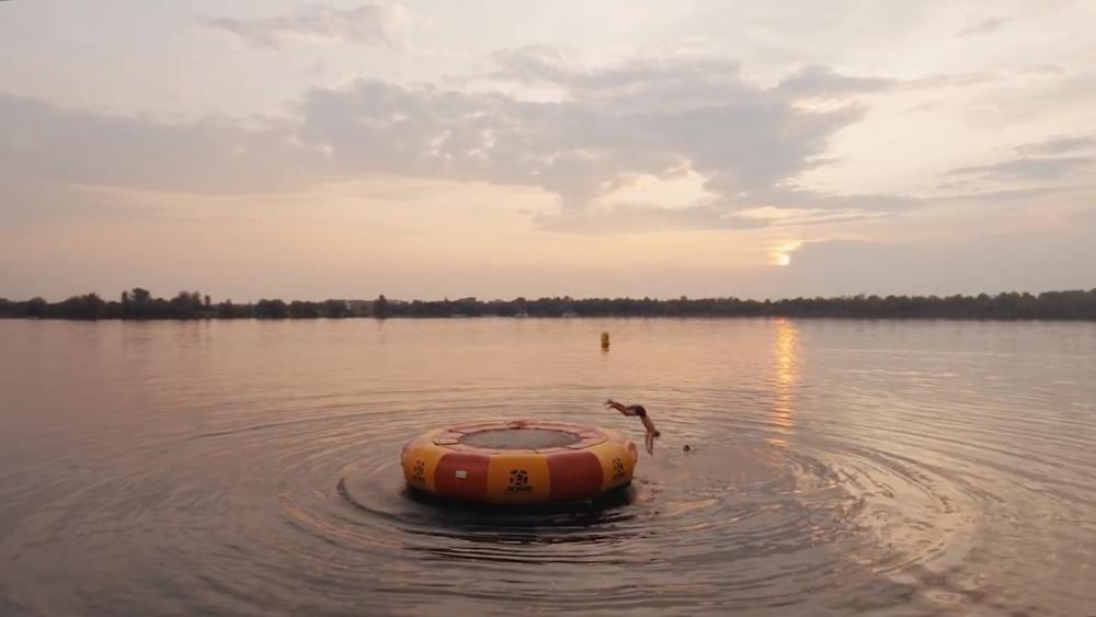 Salto in den See -