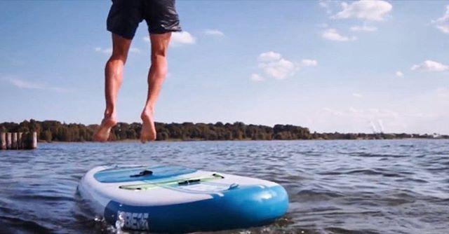 Mit einem Sprung ins Wasser startet ihr eure neue Woche! Die SUPs liegen schon für euch bereit. Ebenso die Neoprenanzüge. 😉🌊#leipzig #sup #standuppaddling #cospudenersee #kulkwitzersee #beachday #leipzigliebe #thisisleipzig #Freizeitcampus