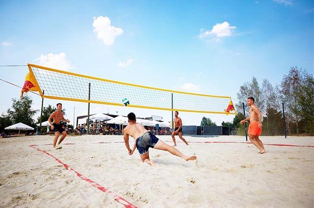 Hoch die Hände - Wochenende! Habt Ihr Lust mit euren Freunden ein bisschen zu beachen? Wir haben für euch schon mal das Beachvolleyballfeld aufgebaut und den Ball aufgepumpt. Also schnappt euch eure Freunde und kommt zum Nordstrand! 🏐☀️⛱ #leipzig #sup #standuppaddle #cossi #kulki #thisisleipzig #wassersport #sportleipzig #markkleeberg #cospudenersee #kulkwitzersee #freizeitcampus #beachday #readytoride #yoga #pilates
