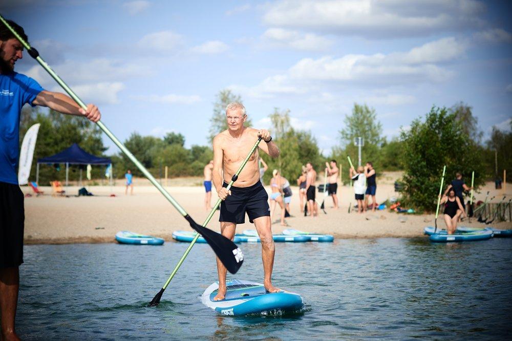 Stand Up Paddling 50+ - Hier wird sich 90 min Zeit genommen, um die Vorzüge vom Stand Up Paddling lieben zu lernen. Denn Stand Up paddling sieht nicht nur richtig gut aus, sondern ist gleichsam ein wunderbar sanftes Ganzkörpertraining, dass den Körper lange fit hält.