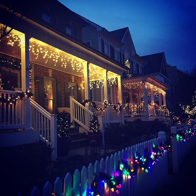 We're all 'merry and bright' here in The Kentlands - Gaithersburg, Maryland USA. 🎄🎅🏻🎁 #onlykentlands #kentlandsmd #thekentlands #kentlandsUSA #Christmastime #Christmas #Christmaslights #DC #Maryland #Gaithersburg #DCSuburbs #montgomerycounty