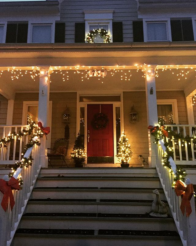Beginning to look a lot like Christmas here in The Kentlands! Our neighborhood always does an amazing job decorating for holidays.🎄🎁🎅🏻 #OnlyKentlands #maryland #dcsuburbs #Christmasdecor #Christmas #MerryChristmas #DC #kentlandsUSA #thekentlands #prettyhouses #frontporch #kentlandsmd #montgomerycounty #gaithersburg