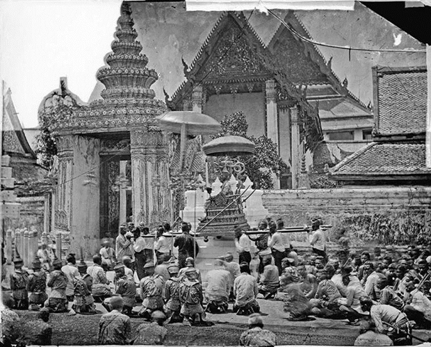 King  of Siam Mongkut of Siam Presenting Lenten Robes at Wat Pho Temple, Friday 13th October, 1865. (John Thomson, © Wellcome Foundation.)