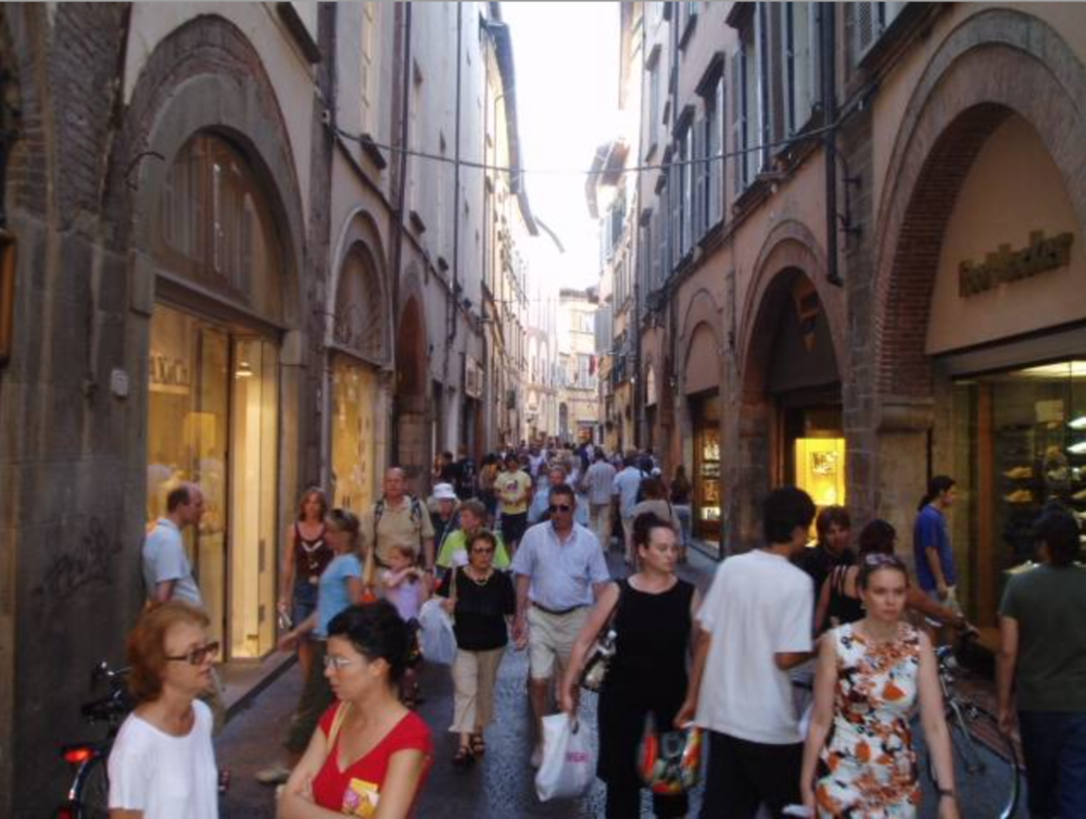 Shoppers on Via Filungo, one of the winding main streets in Lucca.