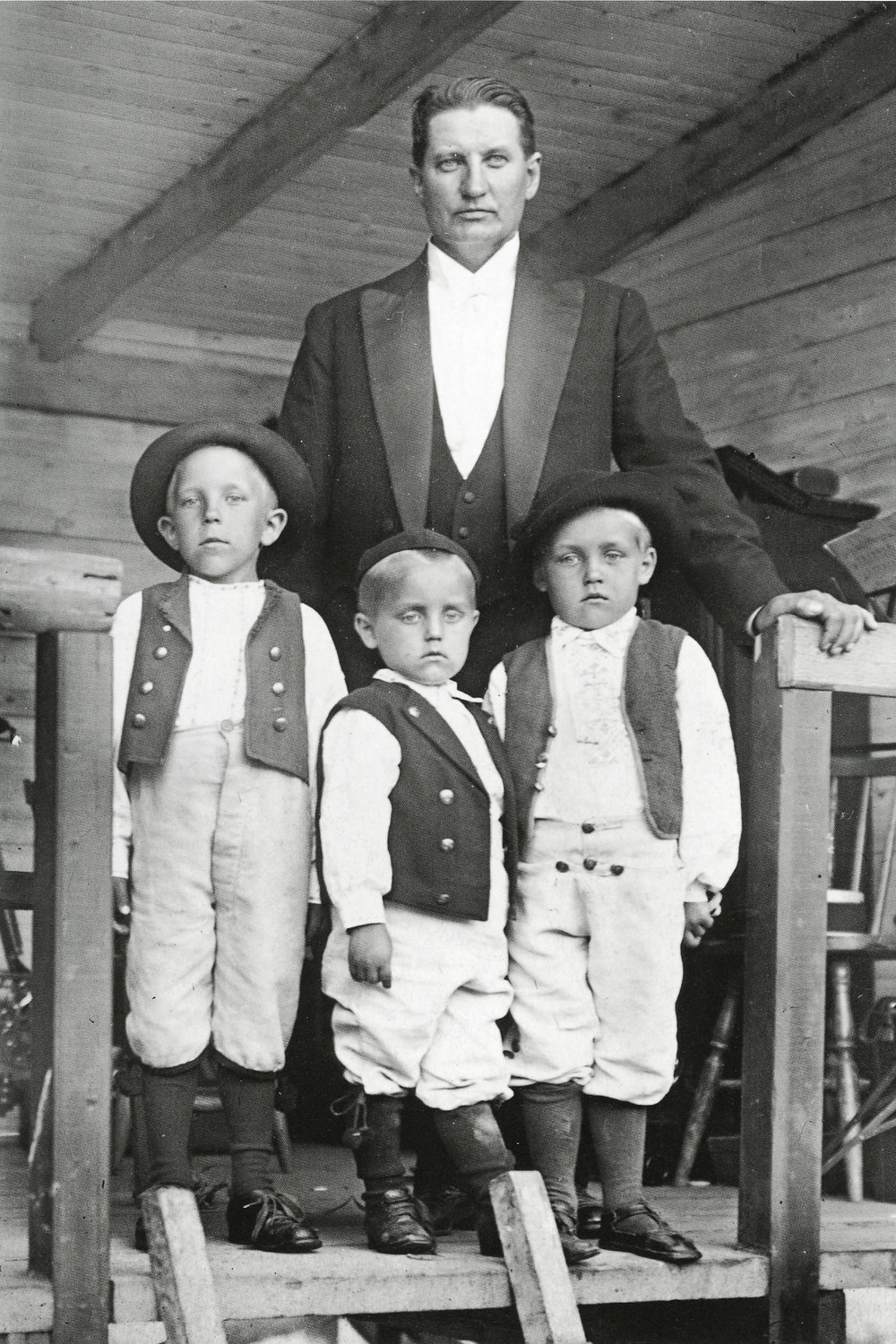 David Björling was a tenor and singing teacher, and trained the voices of his children from an early age (Olle, Jussi and Gösta).