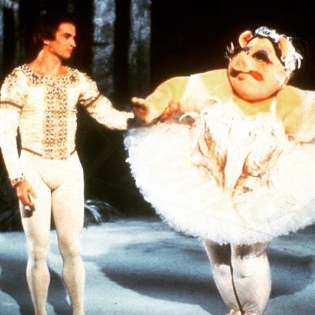 MusicMonday luistertip: misschien wel het allerbekendste ballet aller tijden ging vandaag in 1895 in première: Het Zwanenmeer 🐥Daarbij grijpen we graag elke kans aan om dit filmpje te kijken 💖🐷👯 (Google op 'Nureyev Muppet show' en wees ons voor altijd dankbaar) #klassiekmaaranders #misspiggy #nureyev • • • • #klassifest #ballet #swanlake #musicmonday #muppets #muppetshow #luistertip #tsjaikovski