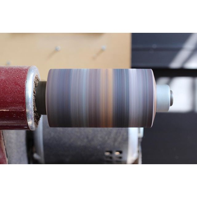 The different colours of the leather that I work with leave traces on the sanding wheel reminiscent of the rings of Saturn 🔭