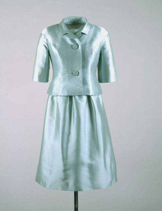 A similar ensemble worn by Jackie Kennedy on a trip to India in 1962