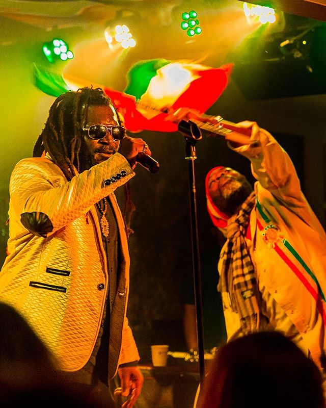"❤️💛💚 ""Build bridges, tear down walls"" ❤️💛💚 -Chezidek , bringing forth some  some sweet Roots Rock Reggae Music ! Uplifting music and  message!! 💥🔥🔥🔥🙏🏼 #Chezidek #ChezidekTheHerbalist @ChezidekTheHerbalist #Jah #reggae #roots #rootsrockreggae #moesalley #RastaCruz #SantaCruz  @tufflion_ @kinghopetonband @cliffmanswell @phansowilson"