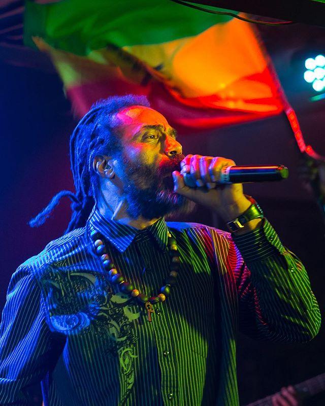 Saturday night Fyah! Uplifting music and  message!! 💥🔥🔥🔥🙏🏼 ❤️💛💚 #PrezidentBrown #Jah #reggae #roots #rootsrockreggae #moesalley #RastaCruz #SantaCruz  @prezidentbrown @tufflion_ @kinghopetonband @cliffmanswell @phansowilson