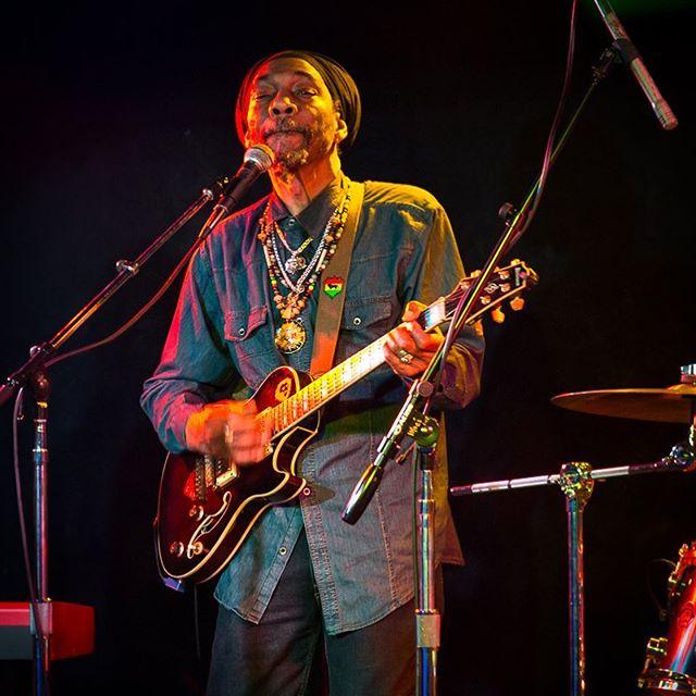 Saturday night Fyah! 💥🔥🔥🔥🙏🏼 ❤️💛💚 #PrezidentBrown #Jah #reggae #roots #rootsrockreggae #moesalley #RastaCruz #SantaCruz  #tufflion #lion #ibenez @prezidentbrown @tufflion_