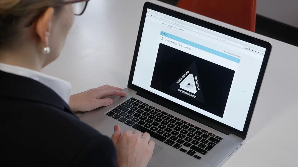 """Das ATZextra vervollständigt die 360 Grad-Kommunikation von Mercedes zum Launch der neuen E-Klasse. Das Heft erhält ein herausnehmbares Poster und bindet auch digitale Inhalte ein, neben dem eMagazin finden sich die Fachbeiträge auch online im """"Digital Home of German Engineering"""":  SpringerProfessional.de ."""