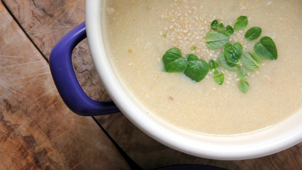 Če pogrešate barve, juhi dodajte sveže začimbe ali cvetlice, po navdihu!