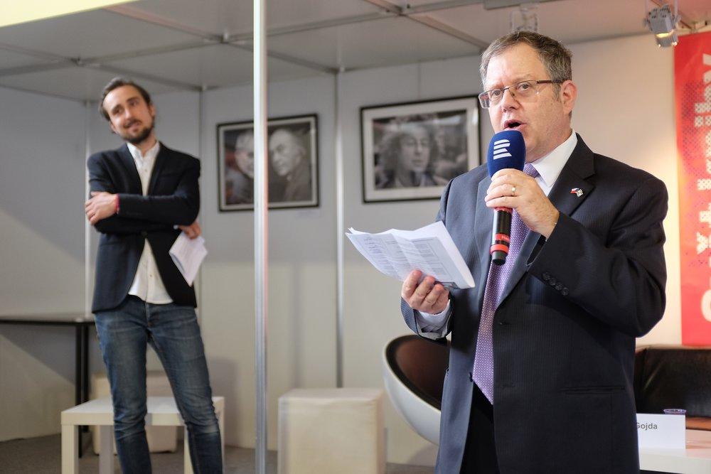 Israeli ambassador Daniel Meron and Radio Vltava's Petr Gojda introduce Assaf Gavron.