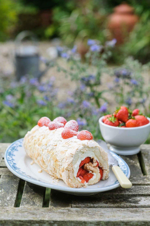 strawberry-meringue-roulade-mascarpone