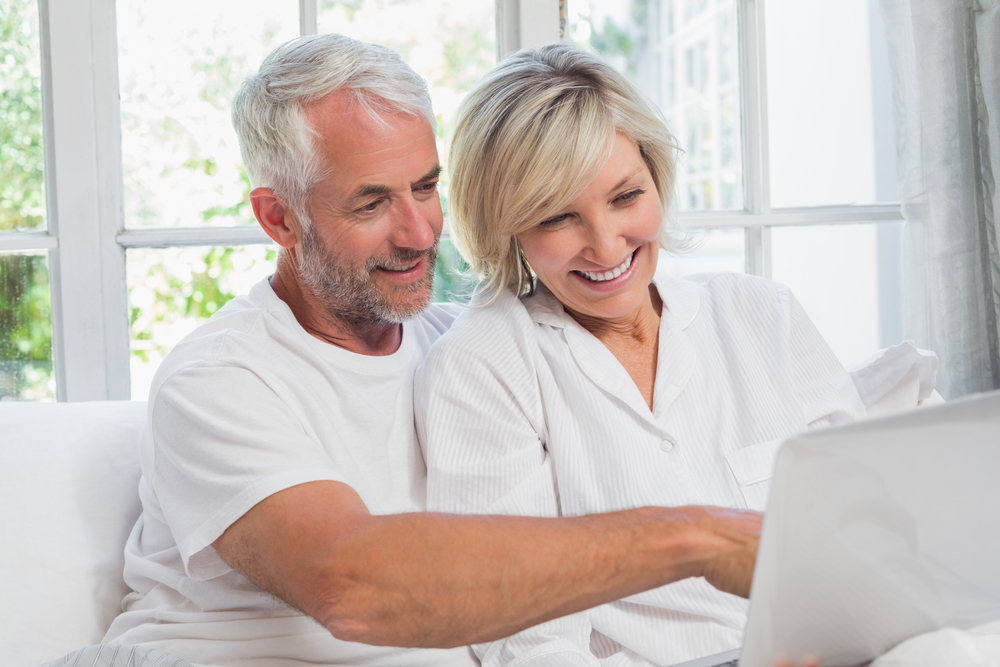 mature-couple-computer