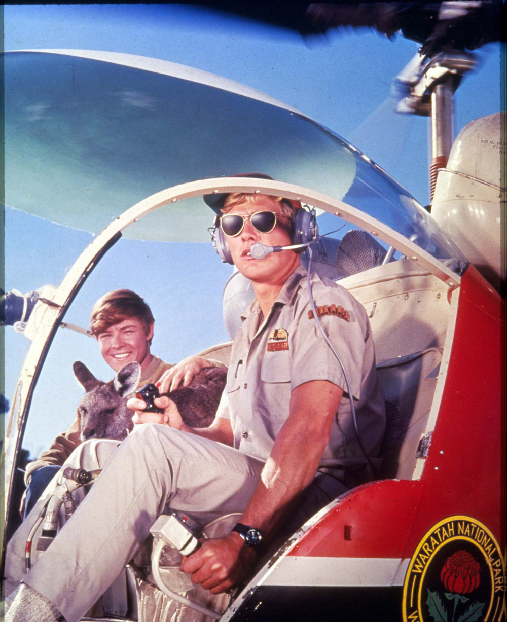 Skippy takes to the skies with Mark (Ken James) and pilot Jerry (Tony Bonner)