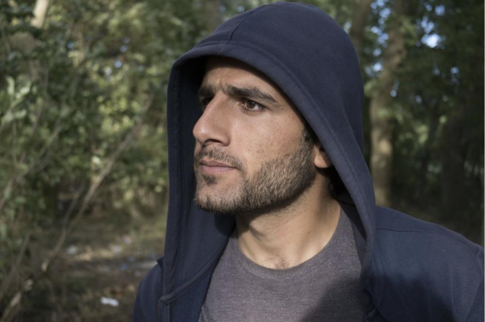 Omer, 22 ans, vivait à Grande-Synthe depuis huit mois quand nous l'avons interviewé en juillet. Il est le seul à avoir accepté de témoigner face caméra. (Photo : Raphaël Guillet)