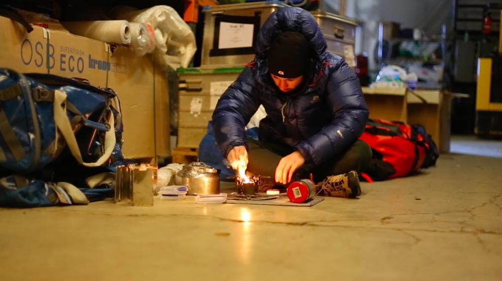 Matthieu prépare son matériel pendant un entrainement au Svalbard - Matthieu Tordeur