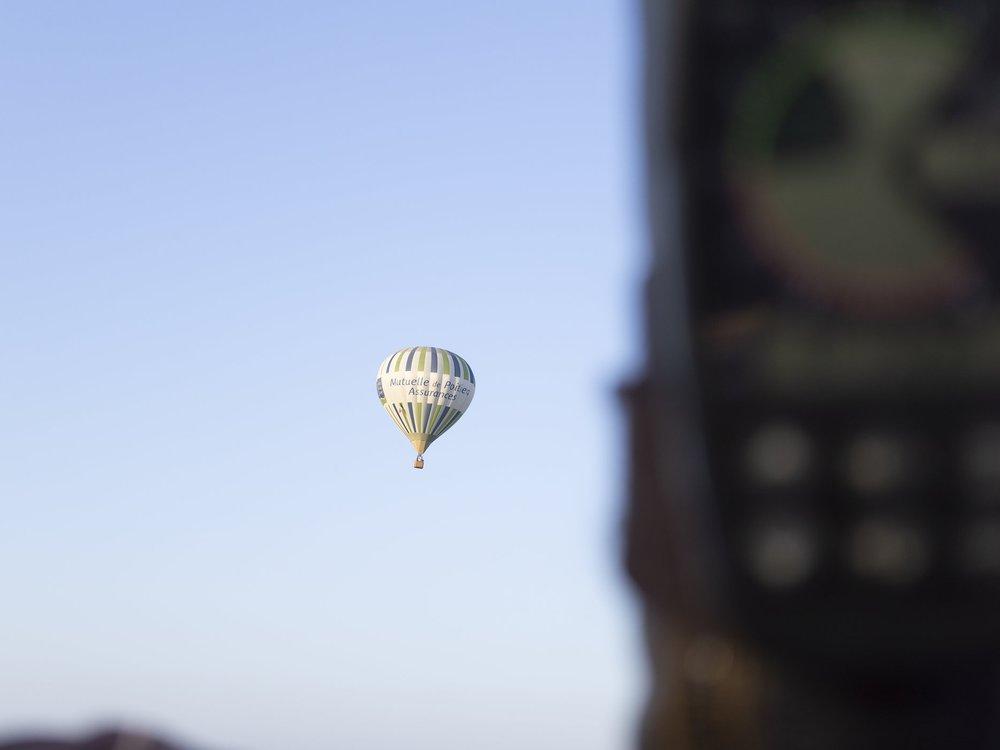 montgolfiere-en-vol-bleu
